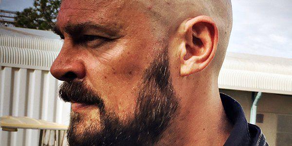 Ecco il look rasato di Karl Urban sul set di Thor: Ragnarok