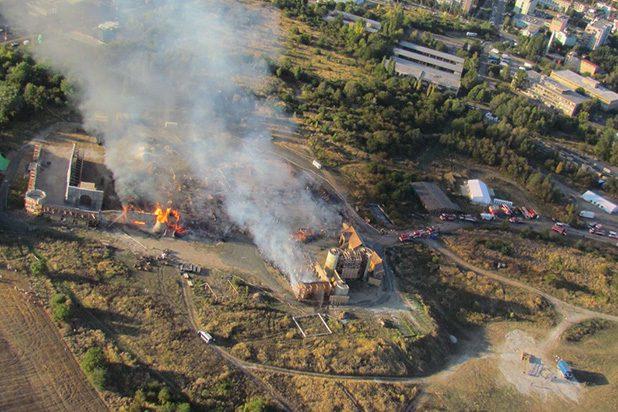 Un grave incendio in Repubblica Ceca blocca la produzione di Knightfall, la serie tv prodotta da Jeremy Renner