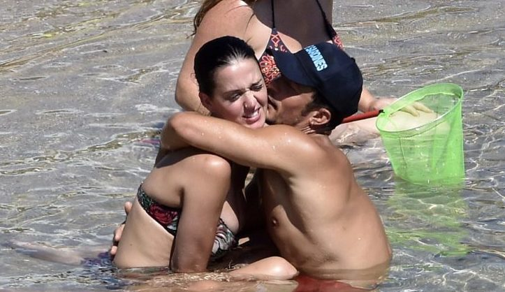 Smancerie da innamorati, drink in spiaggia ed ancora nudismo per Orlando Bloom e Katy Perry
