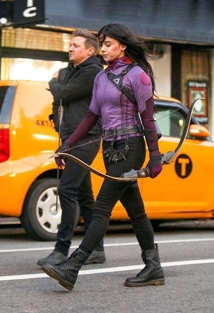 Hawkeye: il costume di Kate Bishop nelle nuove foto dal set